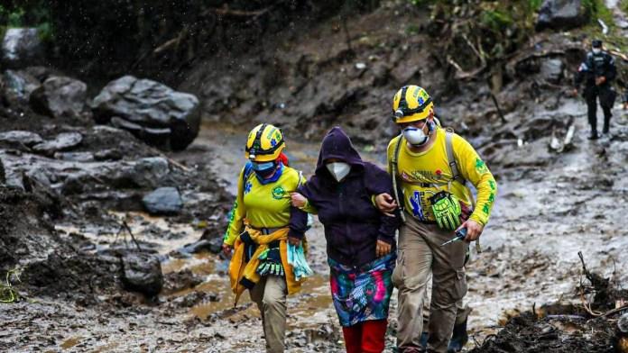 Última Hora: Se realizan evacuaciones preventivas ante la amenaza de deslaves en Nejapa. ETA sigue influenciando a nuestro país