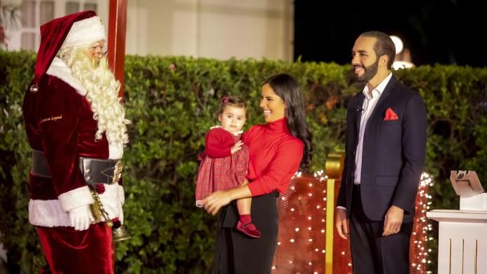 Layla Bukele recibe a Santa Claus en Casa Presidencial, el mejor amigo de todos los niños llegó a El Salvador y visitó a la familia Bukele