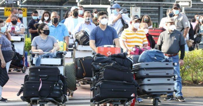 Decenas de salvadoreños arriban a El Salvador a emitir voto masivo el 28F