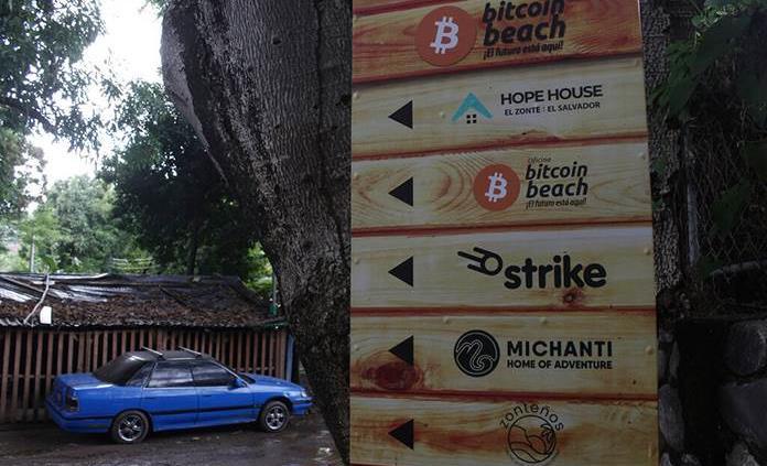 La playa El Zonte, la capital del bitcoin en El Salvador llevan tres años utilizando la criptomoneda