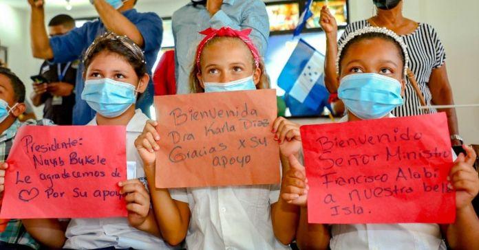 Pequeños de Honduras agradecen al Gobierno de El Salvador por donar vacunas a su amada isla