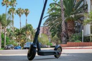 """30DC093A08664EE39CF0E12585513DE2  <h1><a href=""""https://elscooter.org/produkt/ninebot-max/"""">Ninebot Max G30</a></h1> <h3>Om Ninebot max</h3> G30 är rejält byggd för både asfalt och grusvägar. De stora 10 tums slanglösa däcken ger dig en komfortabel körning. Däcken är utrustade med ett extra gelélager på insidan för att motverka punkteringar. Ninebot max G30 är utrustad med framljus och bakljus samt mekanisk skivbroms fram och en elektronisk broms bak.<strong>Det finns nu 2 st oöppnade Ninebot max G30 för avhämtning i Jönköping.</strong><strong>Det finns ca 20 st på lager i Holland som skickas direkt hem till din adress. Leveranstid 7 dagar.</strong>- Hastighet: 25-30 km/h. Går att justera i mjukvaran.- Räckvidd: 65 km- Laddningstid: 6 h- Maxvikt: 100 kg- Motor: 350 Watt- Vajerlås ingår- Mekanisk broms fram. Elektrisk broms bak.- Display – Ja- Blåtand – Ja- Vattentålig – Ja, IPX5- Vikt: 18,7 kgTillverkarens sida: <a href=""""http://no-en.segway.com/products/ninebot-kickscooter-max-g30"""">http://no-en.segway.com/products/ninebot-kickscooter-max-g30</a>  Ninebot Max G30 - 350 watt"""