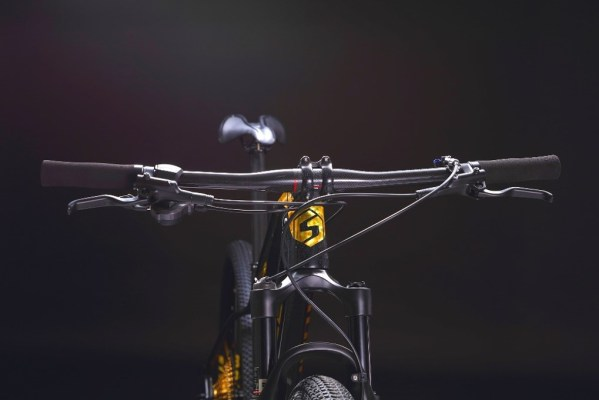 """94ED62C52C8642E9BD77DC9D46D8E9B9  Marknadens kanske coolaste MTB i svart färg med gulddetaljer. Limited edition dvs det finns endast 10 st i Sverige.<strong>FINNS EN KVAR I LAGER FÖR AVHÄMTNING I JÖNKÖPING. SKICKAS EJ.</strong>-Toppspecad cykel.-Shimano 11 vxl XT M8000-Hydrauliska bromsar Shimano MT200, 160mm- Kolfiberram- Vikt: 10,3 kg-Luftdämpare fram, EAGLE air. Lock-out funktion på styret.-29″ hjul- Ram 17"""". Passar 170-183 cm längd.- Kassett: SUGEK hg5011 11/50t- Tramphjul: Prowheel MPX-11-TT 34T- Däck Maxxis pace 29*2,1""""  Eagle gold Carbon (ej elcykel )"""