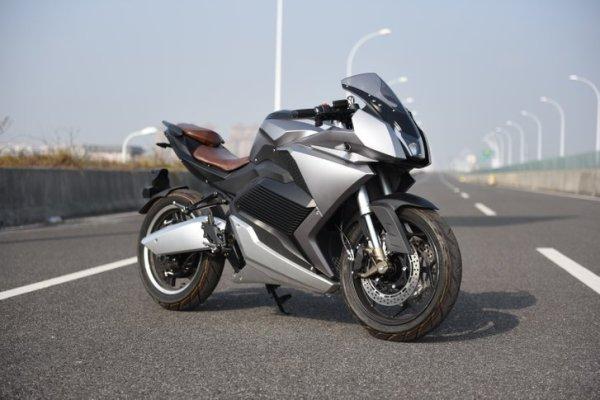 MC1  - Motor: 11 000 watt i bakhjulet.- Max hastighet: 150 km/h- Batteri: 72V/120AH med BMS.- Räckvidd: 200 km- Livslängd: 800 laddningar- Vikt: 150 kg- Laddtid: 3h med snabbladdare.- Hydrauliska bromsar- Hjul: fram: 110/70- 17. bak : 140/70- 17- Längd: 2080/ Bredd 740 / Höjd 1100- Hjulbas 1320 mm- ABS bromsar- Hydraulisk fjädring- 17 tums fälgar- Farthållare- LCD display- Stötdämpare bak/fram- LED ljus fram/bak3 års garanti på batteri och 1 år på övriga detaljerOBS! Finns ej i lager. Beställningsvara: 60 dagars ledtid.  Ghostride S11000