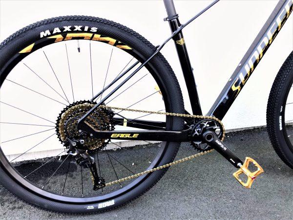"""eagle gold IRL 1 scaled  Marknadens kanske coolaste MTB i svart färg med gulddetaljer. Limited edition dvs det finns endast 10 st i Sverige.<strong>FINNS EN KVAR I LAGER FÖR AVHÄMTNING I JÖNKÖPING. SKICKAS EJ.</strong>-Toppspecad cykel.-Shimano 11 vxl XT M8000-Hydrauliska bromsar Shimano MT200, 160mm- Kolfiberram- Vikt: 10,3 kg-Luftdämpare fram, EAGLE air. Lock-out funktion på styret.-29″ hjul- Ram 17"""". Passar 170-183 cm längd.- Kassett: SUGEK hg5011 11/50t- Tramphjul: Prowheel MPX-11-TT 34T- Däck Maxxis pace 29*2,1""""  Eagle gold Carbon (ej elcykel )"""
