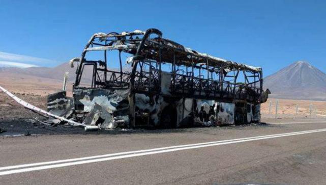Se quemó totalmente un colectivo que llevaba una delegación de jóvenes tucumanos a Perú