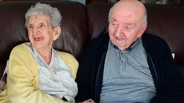 Amor de madre: Tiene 98 años y se mudó a un geriátrico para cuidar de su hijo de 80