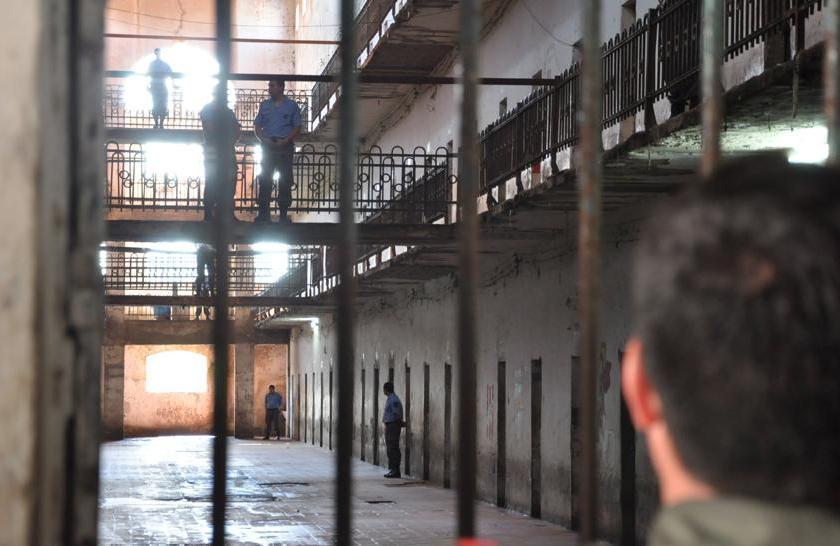Mientras la justicia los investiga, los guardias armaron una purga para castigar a quienes les deben dinero por las drogas