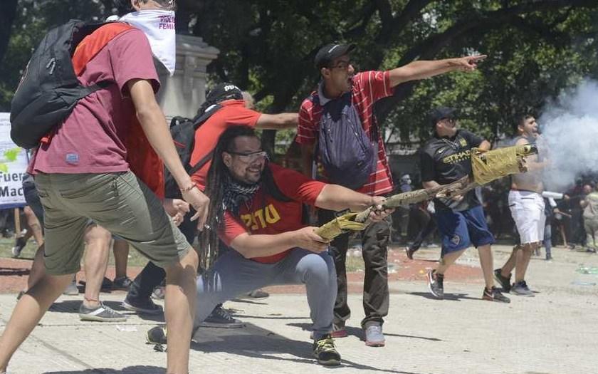 Reforma previsional: Las imagenes de los combates entre policías y manifestantes