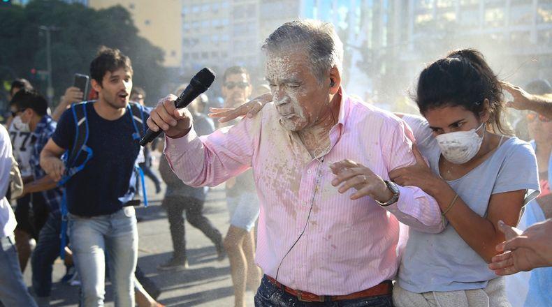 Durante las protestas manifestantes atacaron al periodista de TN Julio Bazán