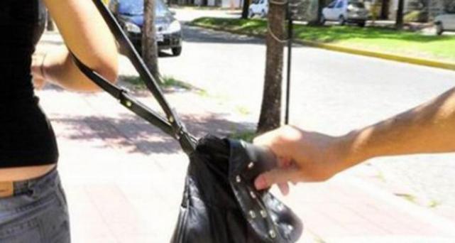 LA FALTA DE SEGURIDAD EN TUCUMAN HACE ESTRAGOS: Así atacaron dos motochorros a una mujer en Muñecas al 1.300(VIDEO)