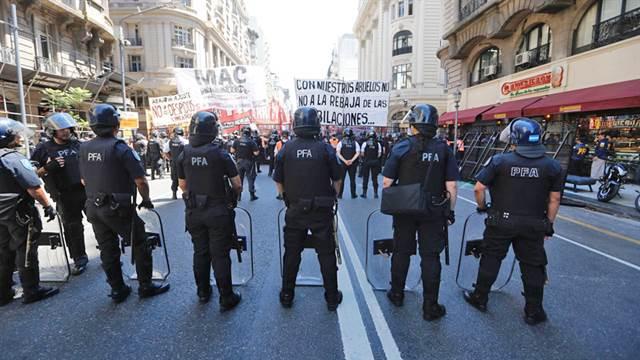 Mil efectivos de fuerzas de seguridad blindan el Congreso por las protestas antes de la sesión por reforma previsional