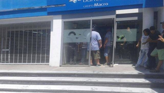 (VIDEO) Furia y bronca durante el paro bancario: no pudieron cobrar y quemaron cubiertas en Ciudadela