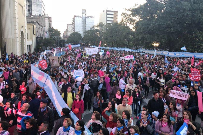 Unos 15.000 tucumanos marchan contra el ABORTO