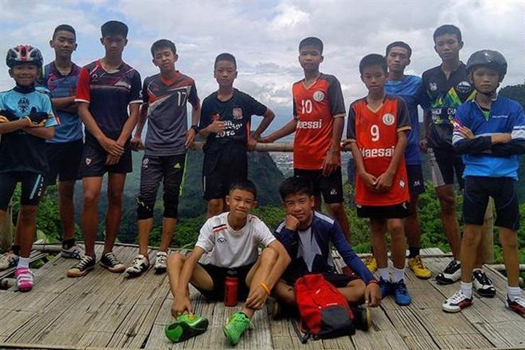 """"""" Final Feliz"""": Los 12 chicos y su entrenador salieron de la cueva tras 17 días"""
