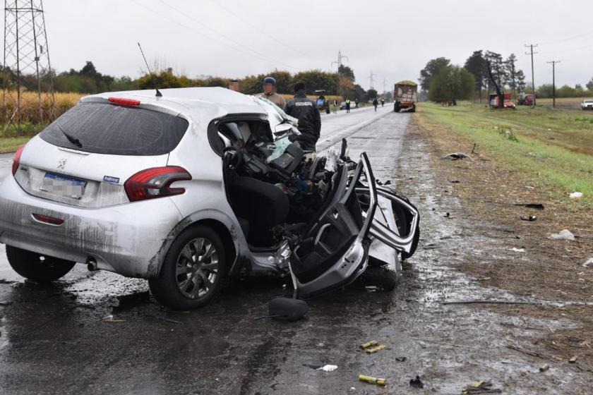 """"""" Estado que no controla mata """" : Un auto choco contra una rastra cañera y hay un muerto y dos heridos"""