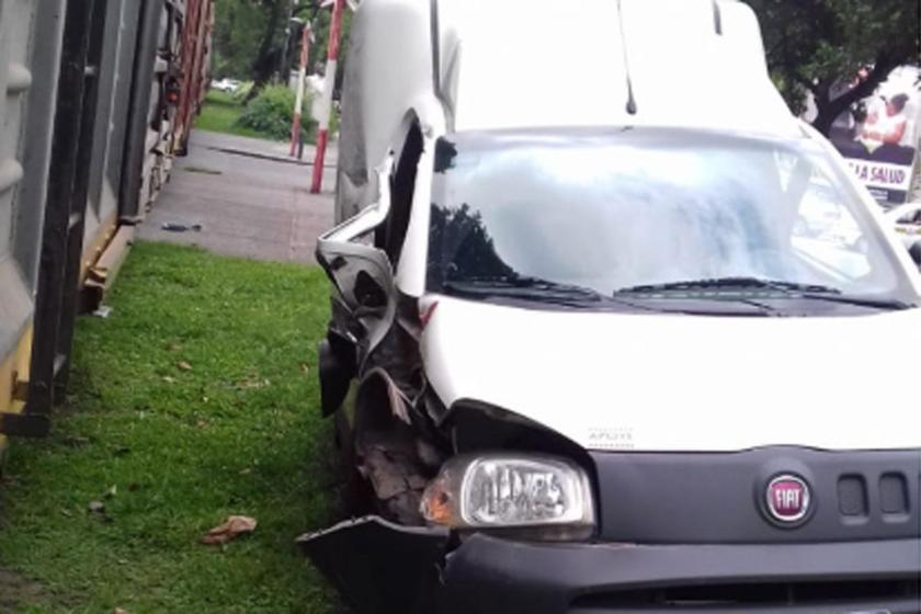 """"""" Paso a nivel sin barreras """" : Una camioneta impactó contra el tren en la Capital tucumana"""