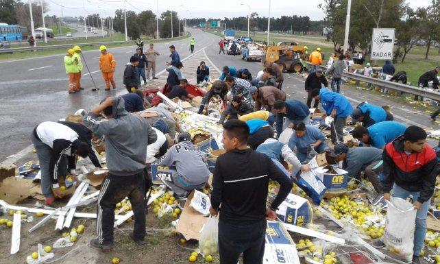 Tras volcar, saquean en Rosario un camión con limones que iba desde Tucumán