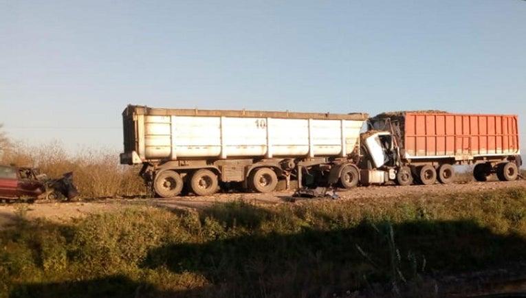 """"""" OTRA VEZ UNA RASTRA CAÑERA """" : Hubo un Triple choque en Mancopa entre una rastra , un camión y un auto"""