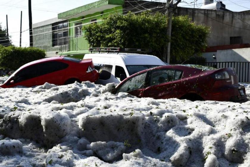"""CAMBIO CLIMATICO: Una tormenta de granizo """"sepultó"""" a varios autos en México"""