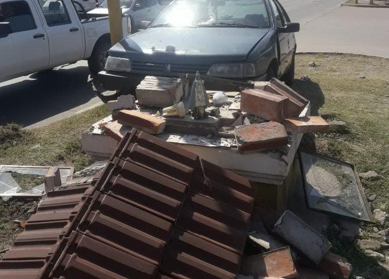 Un Auto fuera de control destruyó una gruta en la avenida Kirchner, solo se salvo la Virgen