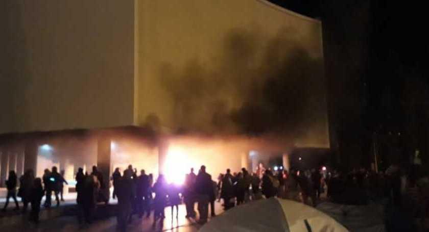 CHUBUT: Graves incidentes e incendio en la Legislatura tras la muerte de las dos docentes