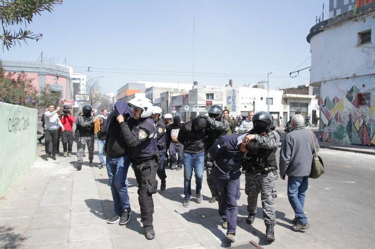 CORDOBA: Incidentes en la marcha de Luz y Fuerza, tras la represion policial, hay nueve detenidos