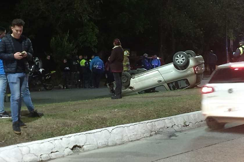 Un auto volcó tras chocar a una camioneta, ocurrio en Avenida Aconquija al 200