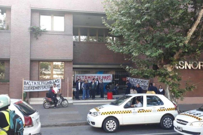GASNOR: Trabajadores protestan frente a la sede central y no hay atencion al publico