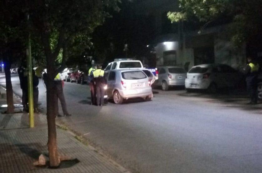 Un ladron fue sorprendido robando la rueda de auxilio de una camioneta de la Policía