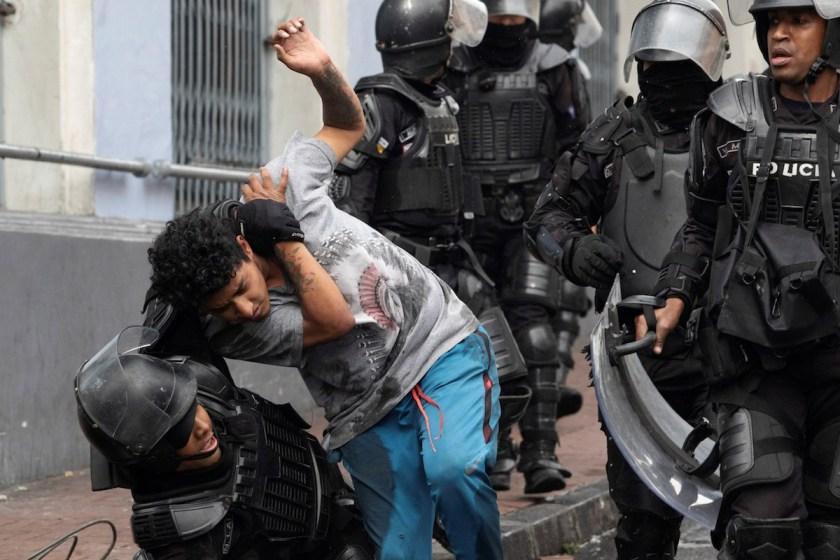 Tras someterse a los dictámenes del FMI, Ecuador, esta bajo estado de excepción por protestas por el aumento de los combustibles