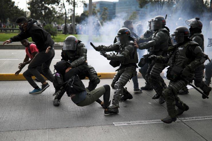 COLOMBIA: Hubo saqueos, cacerolazos y actos vandálicos por la noche
