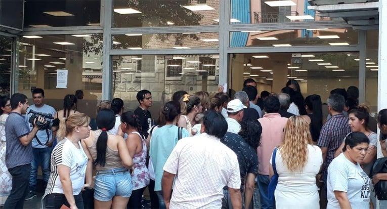 """"""" Momentos tensos en el ANSES """":  Desocupados volvieron a ir a cobrar el bono de $ 5.000.- que todavía no esta disponible"""