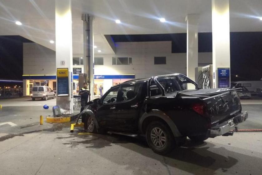 Inseguridad Vial: Una camioneta impactó contra una estación de servicio