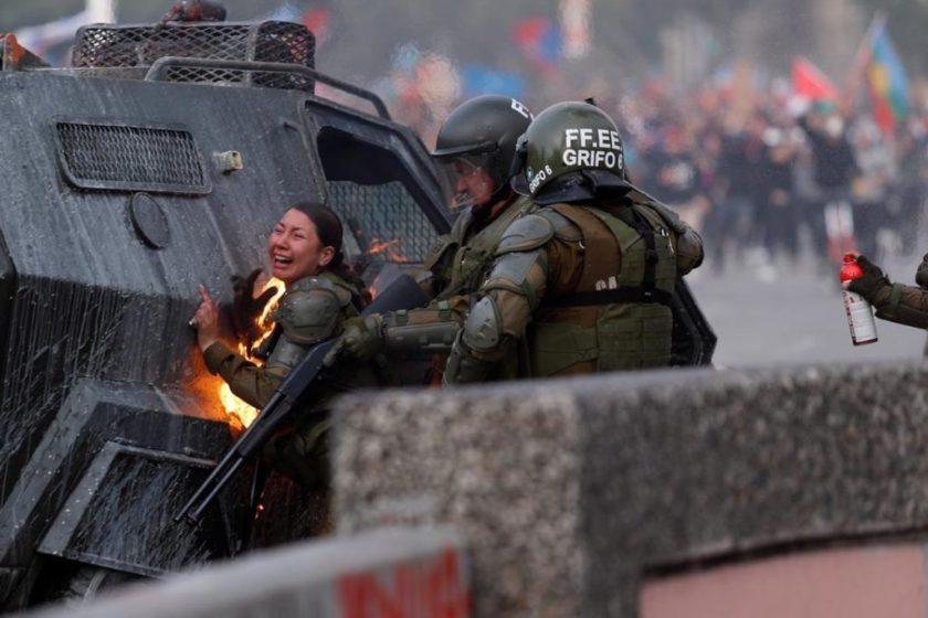 CHILE: Impresionante ataque a dos carabineras con bombas molotov (VIDEO)