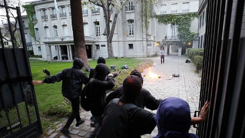 CHILE: Nuevamente manifestantes atacan la embajada argentina