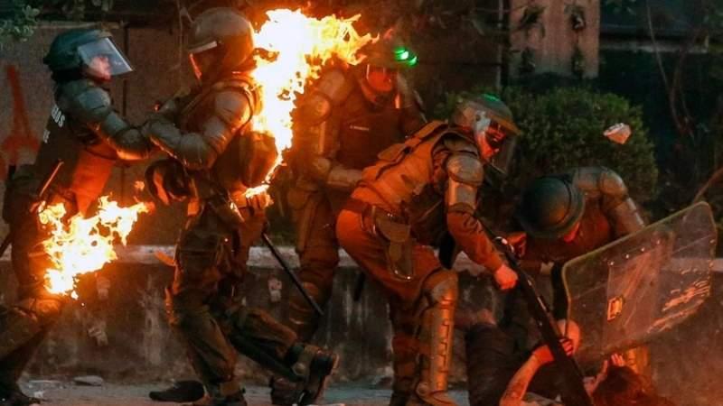 CHILE: Carabineros envueltos en llamas tras ser atacados con bombas molotov