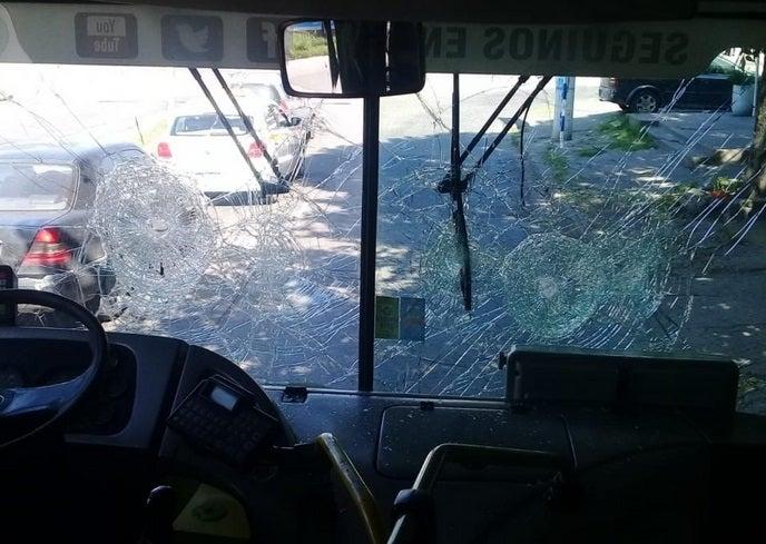 Vandalos atacaron a  piedrazos a colectivo de la linea 19