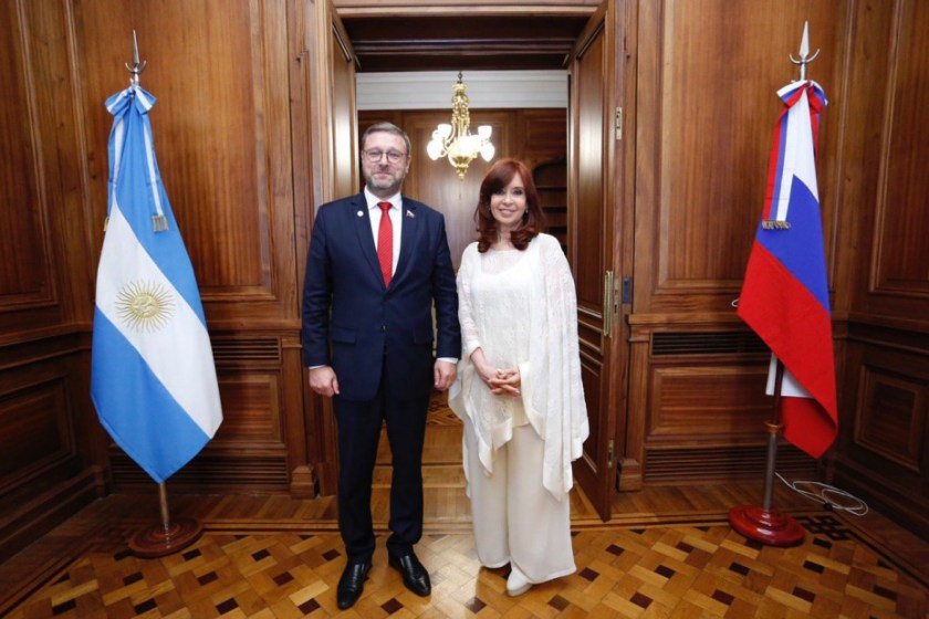Cristina Fernandez recibió a representantes de China y Rusia y Donald Trump retiró a un funcionario