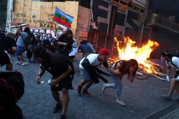 CHILE: Nuevas protestas, ataques a comisarias, saqueos a supermercados y brutal represión, decenas de heridos y detenidos