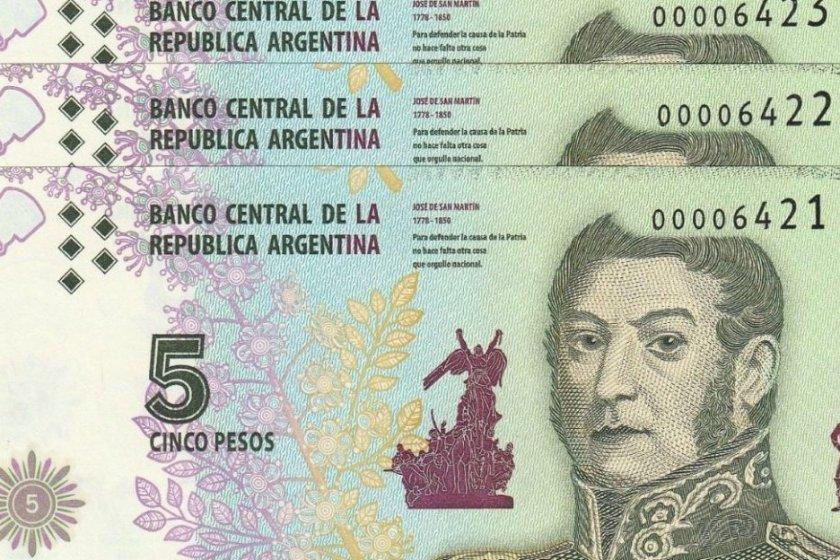 El gobierno postergo un mes la salida de circulación del billete de 5 pesos