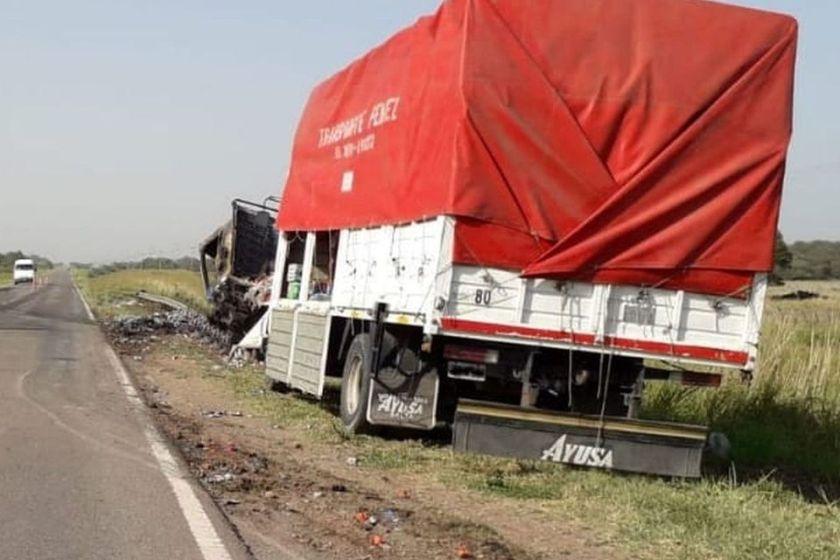 Asesino de tres tiros a una mujer, la arrojó desde una camioneta en la ruta, chocó con un camión y murió calcinado