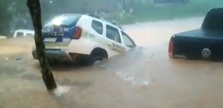 En Las Talitas, la lluvia casi se lleva la camioneta de una comisaria (VIDEO)