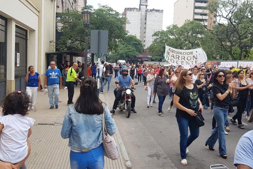 Maestros protestaron frente a casa de gobierno contra el ajuste de Manzur
