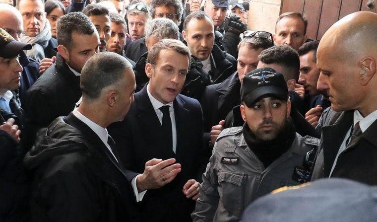 Macron se enfrento con custodios israelíes y los corrió de una iglesia