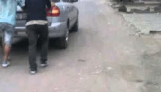 El Mollar: Un joven estaba con su pareja y no arrancaba el auto, tres sujetos lo ayudan a empujar y entre todos se lo roban