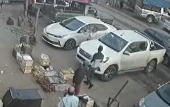 La ex mujer de un puestero del Mercofrut llegó furiosa, le estropeó toda la camioneta y le revoleó por el aire los cajones de fruta y verdura (VIDEO)