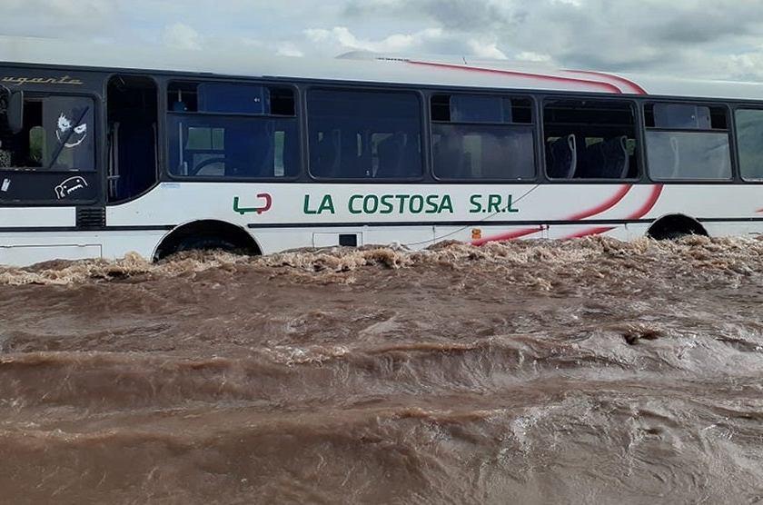 Inundaciones en el este tucumano: Un colectivo quedó atrapado en medio de la correntada de agua