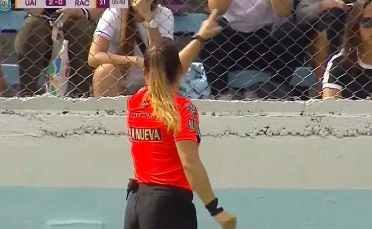 Torneo de Primera División : Una árbitra echó a un hincha que la insultó en pleno partido