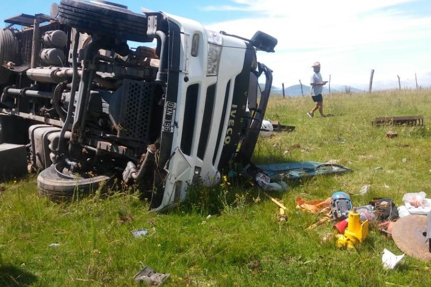 Volcó un camión que llevaba garrafones de gas, a 20 km de Tafí del Valle